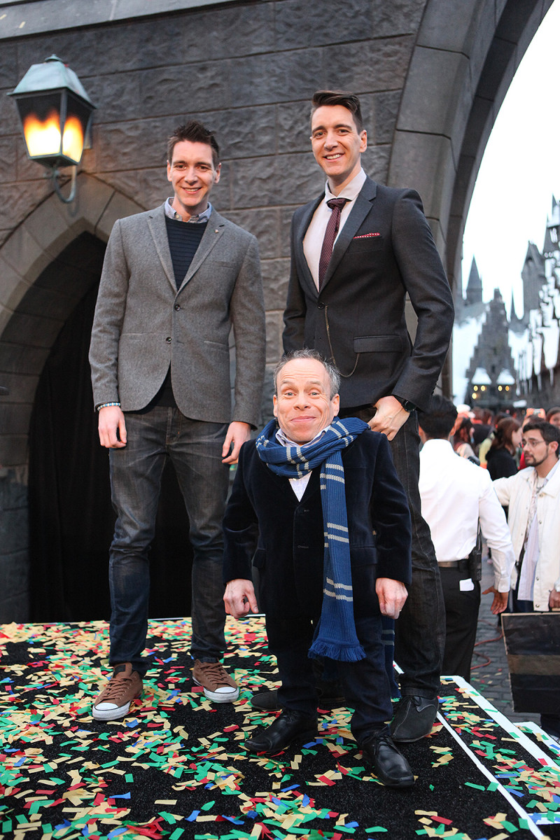 James & Oliver Phelps with Warwick Davis at The Wizarding World of Harry Potter Grand Opening - April 7, 2016 - Photo by: David Yeh